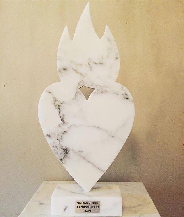 Michele Chiossi scultura BURNING HEARTH, 2017 marmo statuario cuore fiamma fuoco 🔥 💓 emoji emoticon passione ardente Vigili del fuoco 🚒