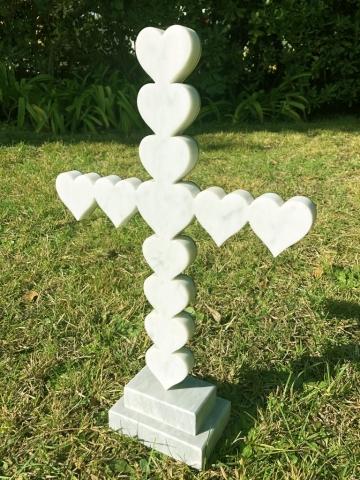 Michele Chiossi CROSS LOVE, 2016 marmo statuario, acciaio lucidato croce amore scultura emoji emoticons cuore ♥️ Papa Francesco Musei Vaticani