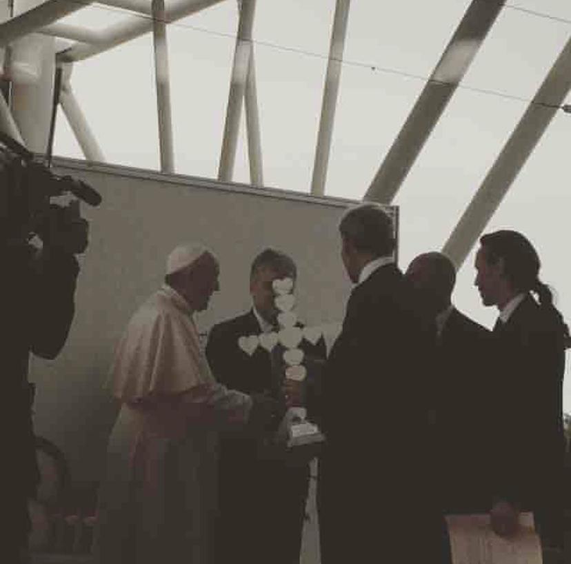 Michele Chiossi scultura CROSS LOVE, 2016 Papa Francesco croce amore pace religione spiritualità EMOJI emoticon cuore 💓 cuori ♥️