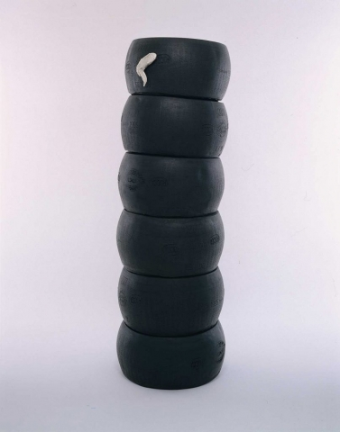 Michele Chiossi Black Nike, 2000 gomma uretanica, bronzo cromato scultura Vittoria alata Parmigiano Reggiano ali di pollo argento afro copertone pneumatico totem Nike di Samotracia
