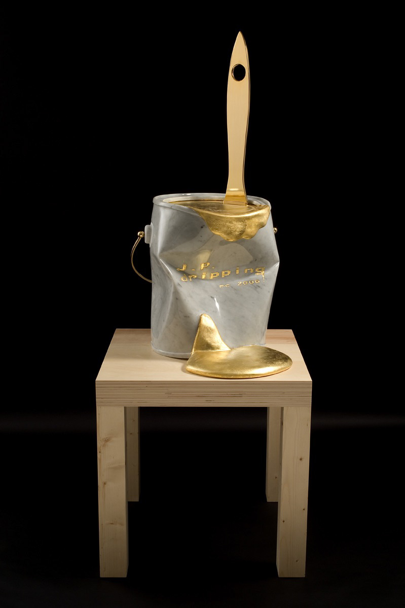 Michele Chiossi J.P. dripping, 2006  marmo statuario, intarsio, foglia d'oro,  alluminio e ottone dorati  scultura tributo Jackson Pollock dripping zigzag latta colore pittura smalto pennello studio atelier