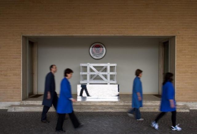 Michele Chiossi La Cage Aux Ciocca, 2006  marmo bianco statuario, acciaio verniciato, foglia d'oro  95x160x110cm base cassa imballaggio trasporto azienda scultura specchio riflessione Ciocca