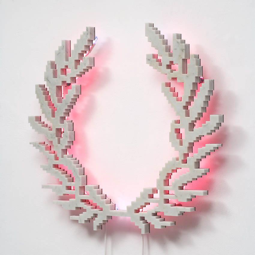 Michele Chiossi Neon-Classic (Fred Perry), 2007  marmo statuario, acciaio, neon corona alloro imperatore poeta eternità classicità zigzag scultura retroilluminazione rosa