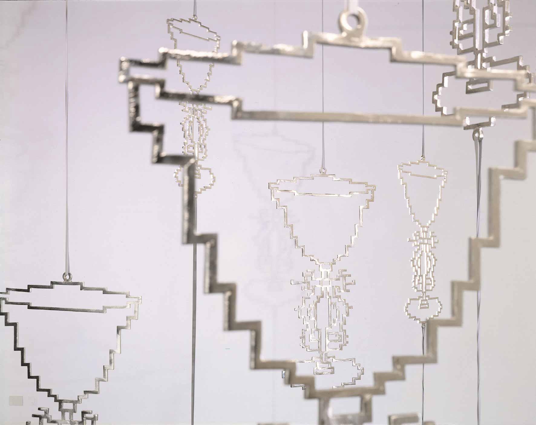 Michele Chiossi Ebrezza, 2000 bronzo cromato, elastici dimensioni variabili installazione scultura mobile girevole alterazione calici Natura Morta zigzag riflessi ombre disegno