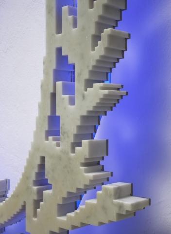 Michele Chiossi Neon-Classic (Ladurèe), 2007  marmo statuario, acciaio, neon corona alloro imperatore poeta eternità classicità zigzag scultura retroilluminazione blu macarons