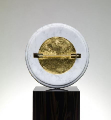 Michele Chiossi IMAGINE ART, 2009  marmo statuario, foglia d'oro, ottone lucidato scultura pin spilla punk omaggio Yoko Ono a cerchiata anarchia