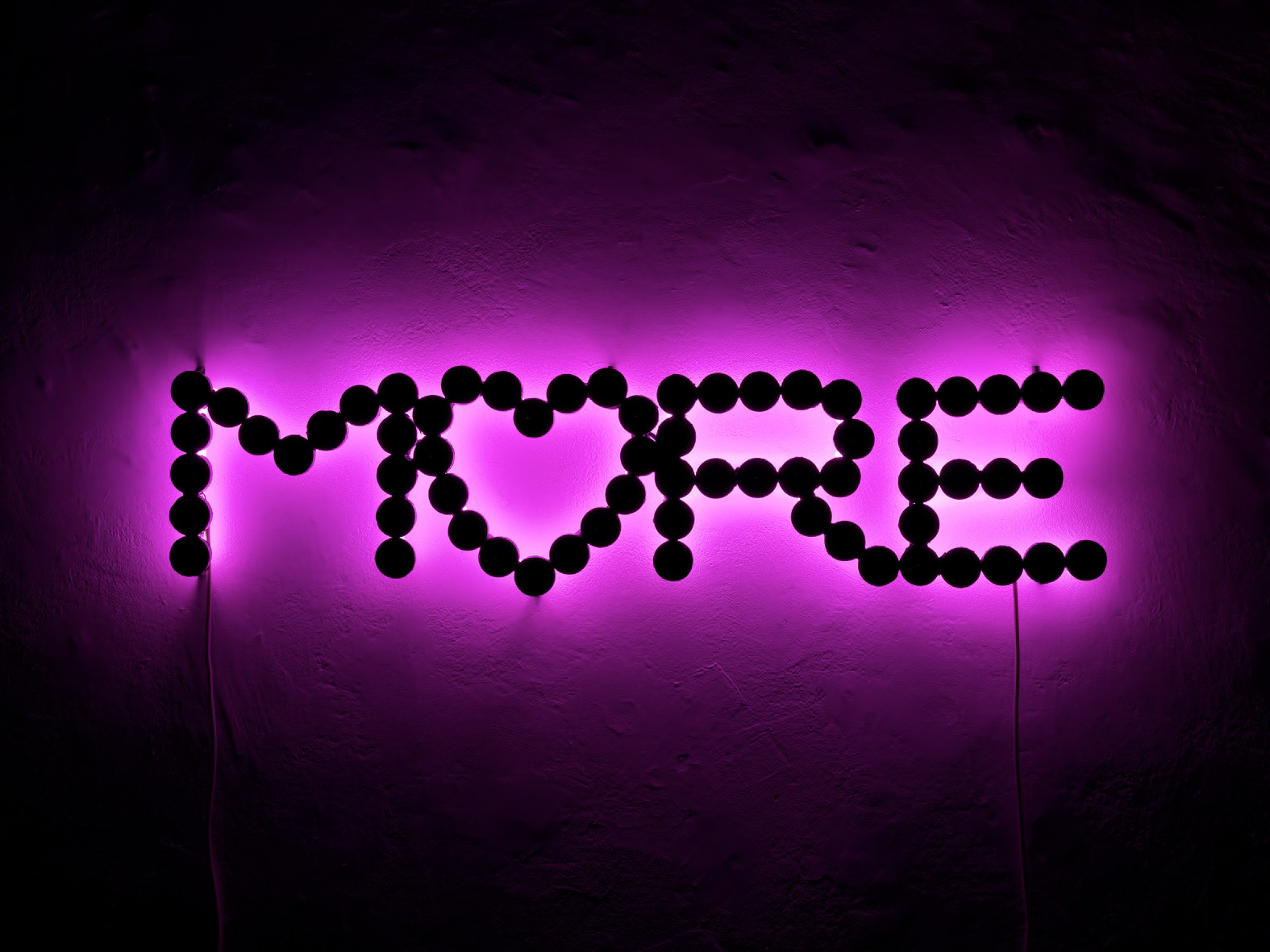Michele Chiossi MORE LOVE, 2009  resine polimeriche, acciaio, Jaguar car paint, neon scultura retroilluminazione rosa fucsia lumini amore cuore