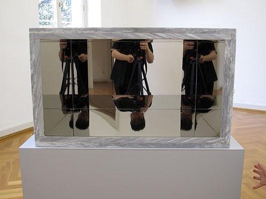 Michele Chiossi INCIPIT base magica piedistallo omaggio Piero Manzoni marmo riflessioni scultura