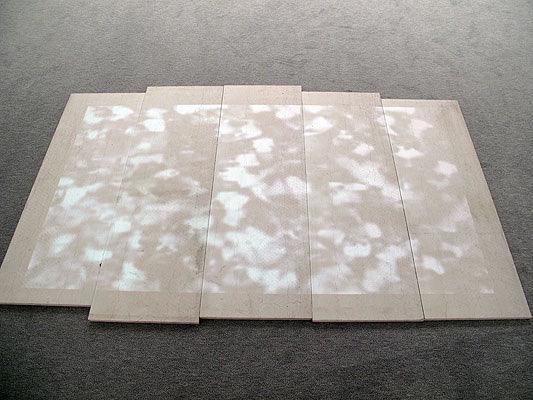 Michele Chiossi Alighiero Boetti video installazione proiezione marmo mappa del mondo piccioni