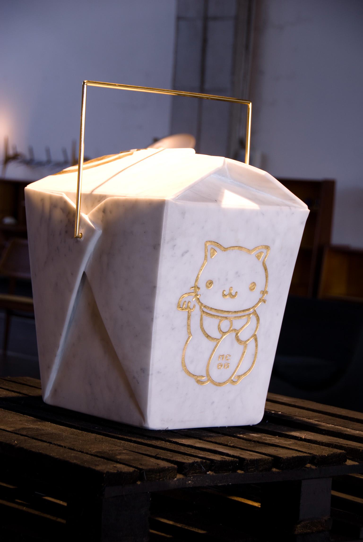 Michele Chiossi Good Food, 2008 marmo bianco statuario, ottone lucidato, foglia d'oro gattino gatto Maneki Neko Giappone oriente Asia cibo d'asporto scultura origami contenitore design arte