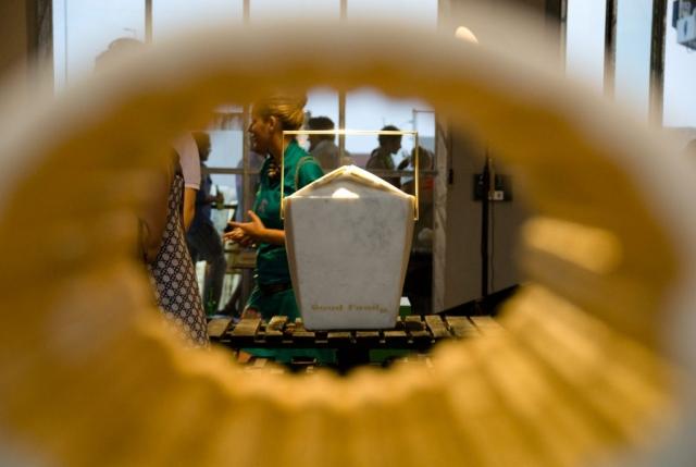 Michele Chiossi Good Food, 2008 marmo bianco statuario, ottone lucidato, foglia d'oro scultura prospettiva installazione contenitore cibo