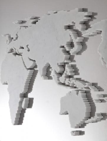 Michele Chiossi Every possible world, 2010  marmo bianco statuario, acciaio specchiante mappa mondo riflessione specchio scultura zigzag