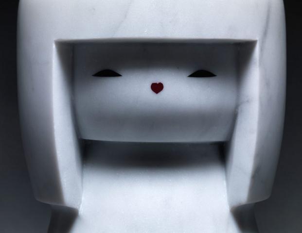 Michele Chiossi Baby LOL Doll, 2011  marmo statuario, smalti CHANEL kokeshi Giappone scultura obi love la grande onda cuore