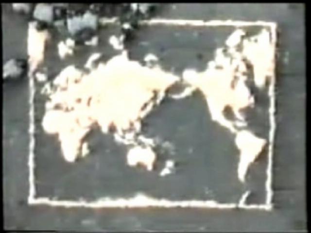 Michele Chiossi OMAGGIO a A e B (still), 1996 8 mm masterizzato su DVD  Format DVD  Running Time: 05:00 mins video Alighiero Boetti mappa del mondo tributo omaggio piccioni piazza italiana mais