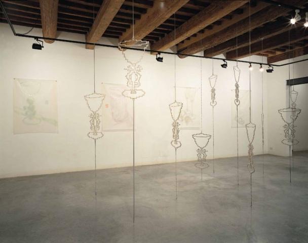 Michele Chiossi Ebrezza, 2000 bronzo cromato, elastici dimensioni variabili installazione scultura mobile girevole alterazione calici Natura Morta zigzag
