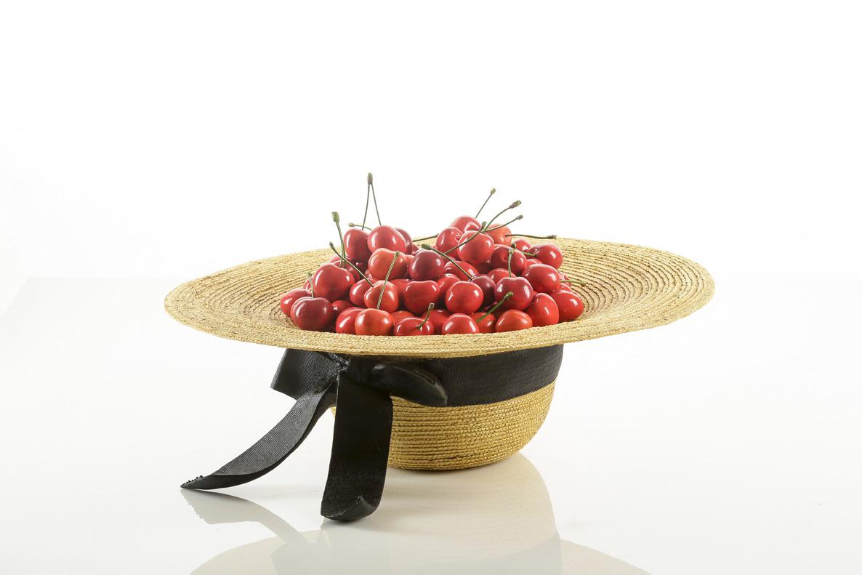 Michele Chiossi O.F. , 2014  resina, pigmenti, pittura ad olio Oriana Fallaci omaggio Un cappello pieno di ciliegie scultura