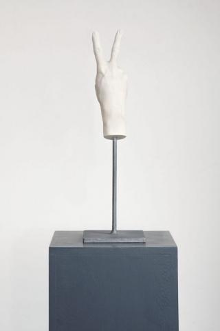 Michele Chiossi D-DAY, 2014  gesso ceramico, resina, ferro gesti mano vittoria emoticon emoji scultura