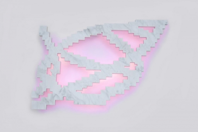 CARRARA ARABESQUE (det), 2015 marmo bianco statuario, acciaio inox, neon 128x84x10 cm rosa Lucio Fontana arabesco Spazialismo zigzag