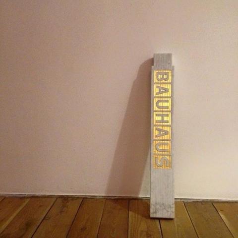 Michele Chiossi a meter of BAUHAUS, 2015  marmo statuario, foglia d'oro metro scultura