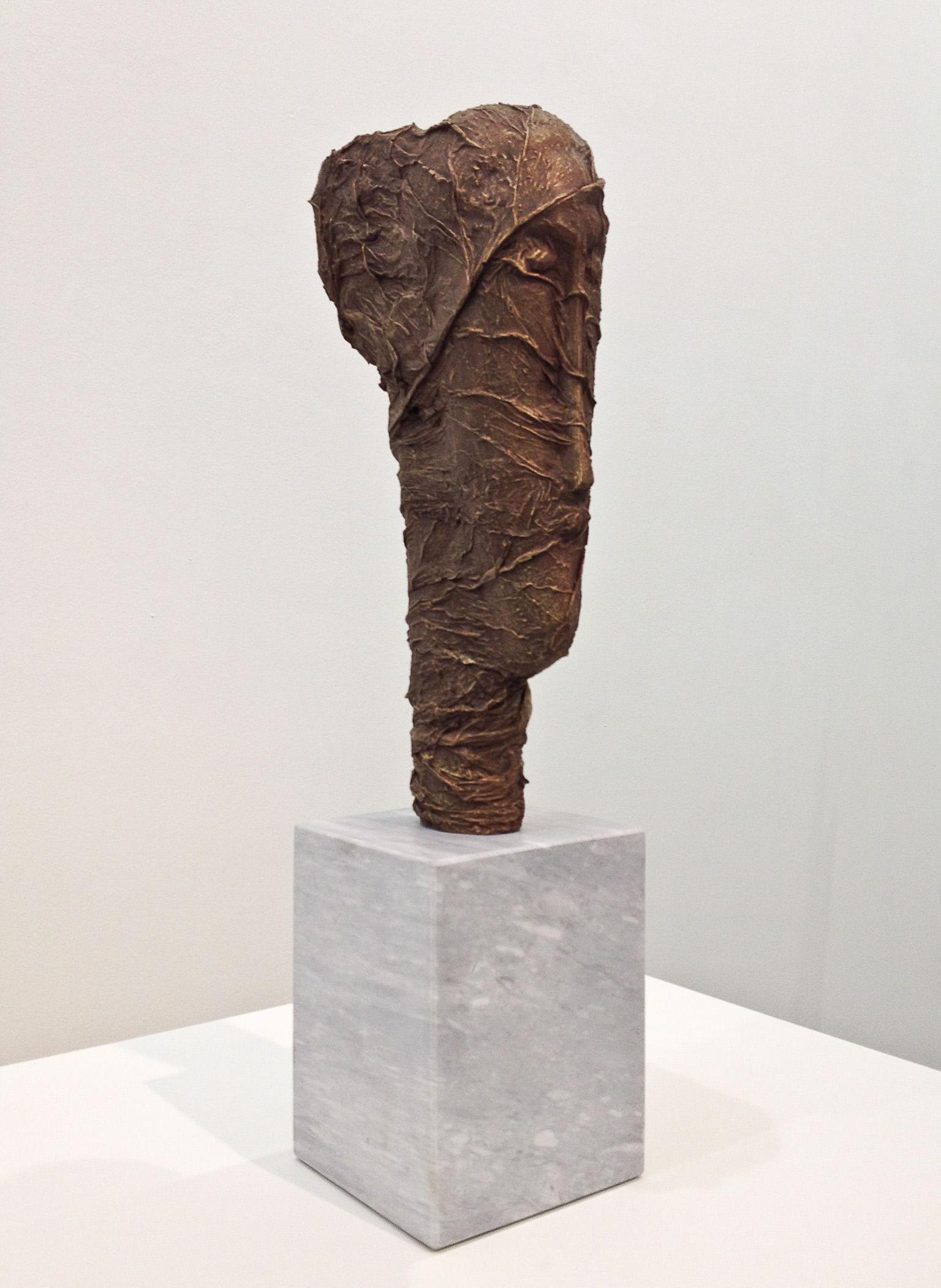 Modì-sigaro Toscano, 2015  resina, pigmenti, bronzo,  marmo  50x25x12 cm Modigliani foglie di tabacco scultura primitivismo modellato