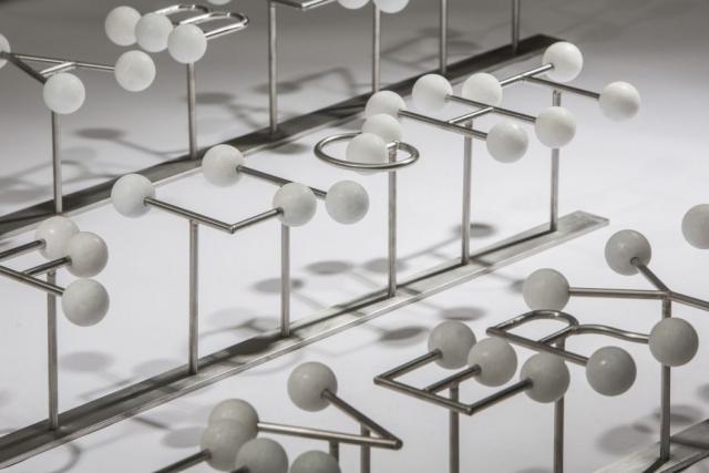 Michele Chiossi HALLELUJAH, 2017 marmo Cristallino, acciaio  80x7x183 cm macchina da musica Leonard Coen spartito musicale ombre luci scultura dot punto Eams