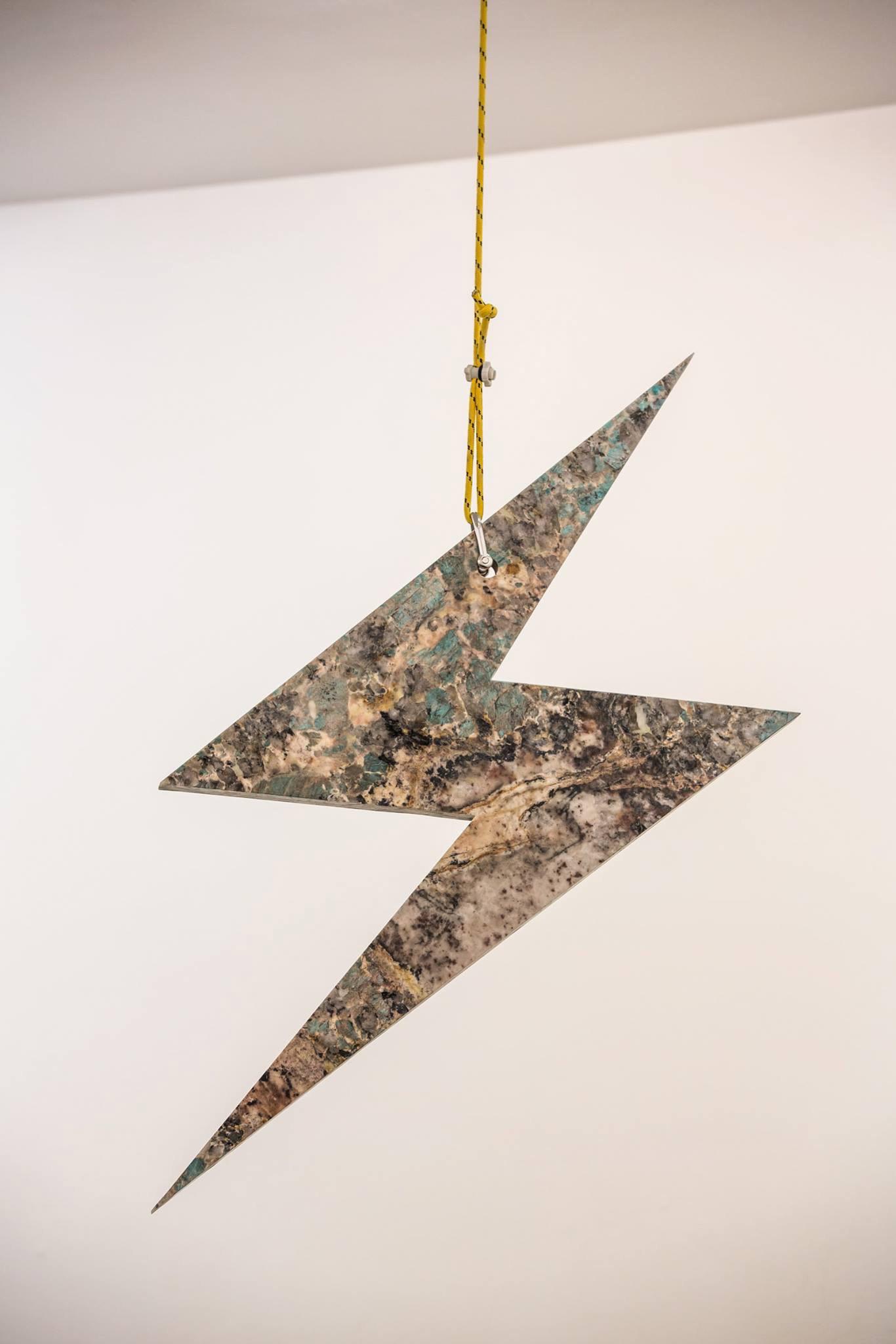 Michele Chiossi Memphis, 2015 marmo Bardiglio, Amazonite, Terrasanta, acciaio, corde nautiche  dimensioni variabili flash emoji fulmine scultura girevole