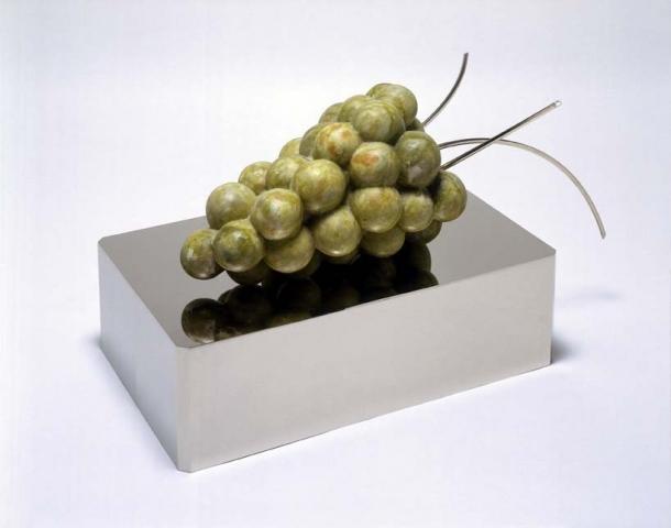 Michele Chiossi Dirsi Natura, 2001 marmo verde Ming, ottone cromato scultura uva transgenica Natura Morta