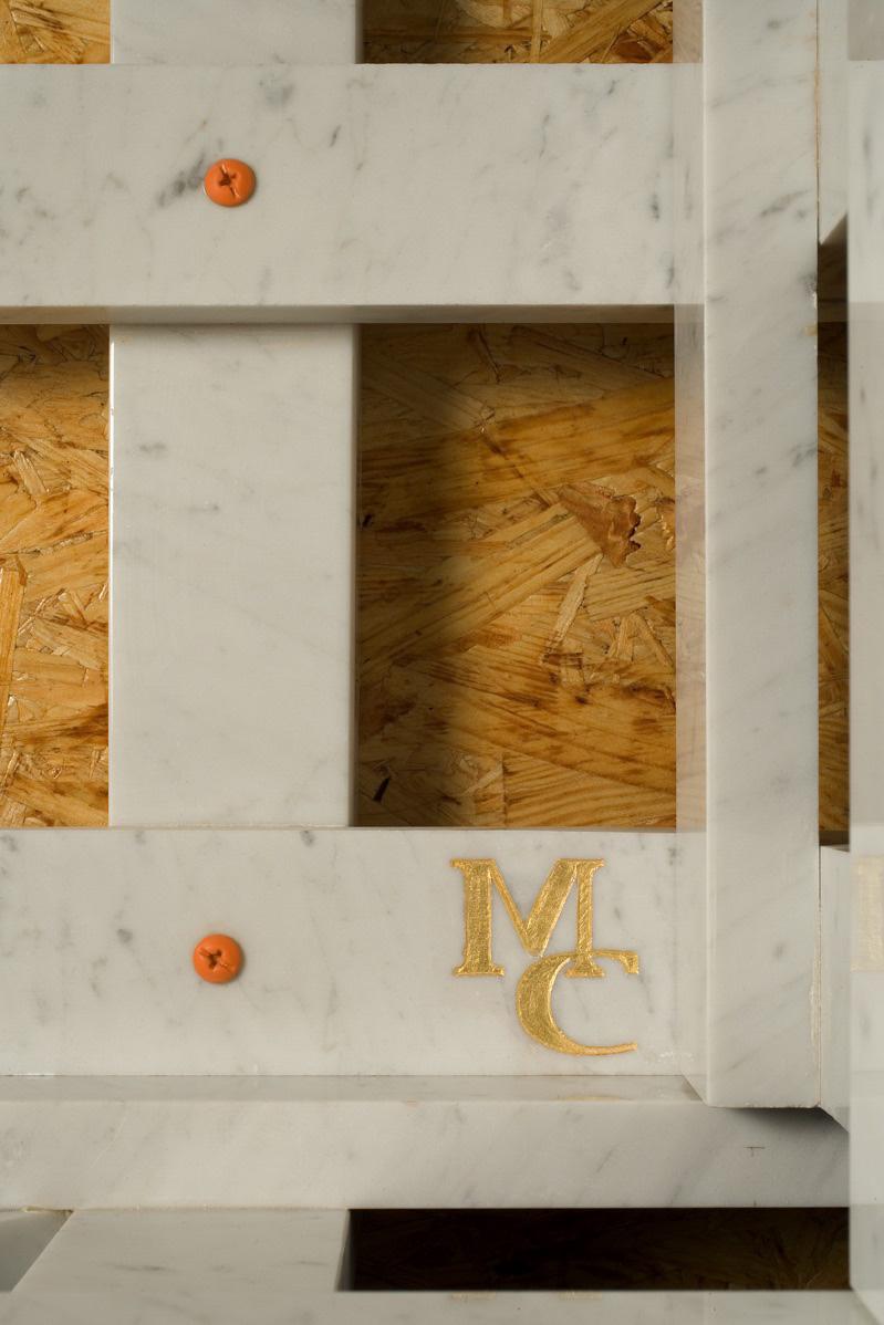 Michele Chiossi La Cage Aux Folles, 2005 marmo bianco statuario, acciaio verniciato, foglia d'oro cassa trasporto scultura arancio Hermes punti cardinali dettagli mc firma signature viti