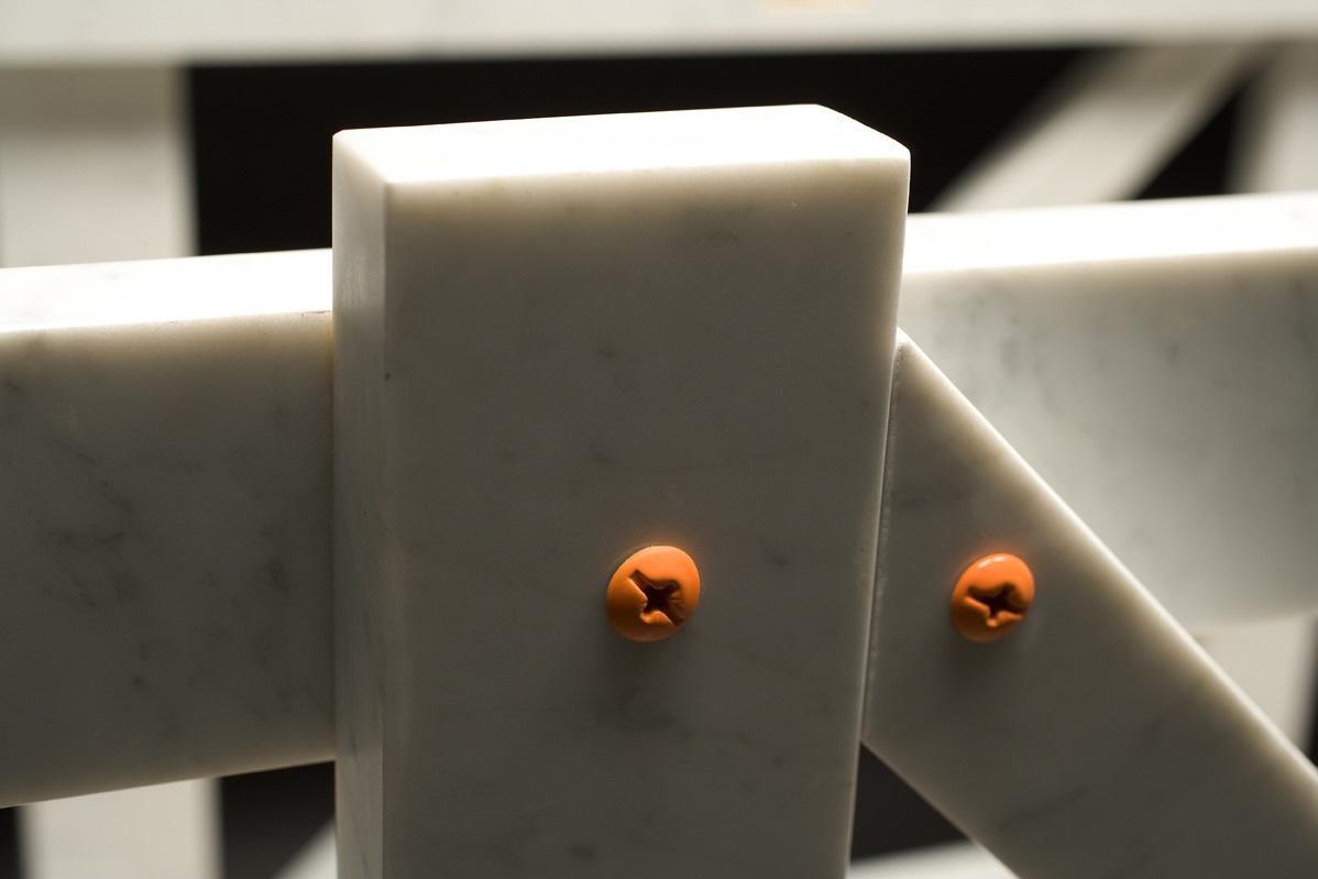 Michele Chiossi La Cage Aux Folles, 2005 marmo bianco statuario, acciaio verniciato, foglia d'oro cassa trasporto scultura arancio Hermes punti cardinali dettagli viti