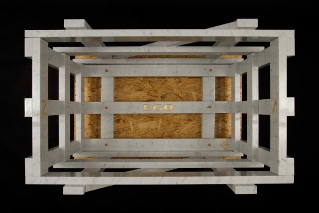 Michele Chiossi La Cage Aux Folles, 2005 marmo bianco statuario, acciaio verniciato, foglia d'oro cassa trasporto scultura arancio Hermes punti cardinali dettagli ego