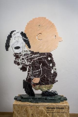 Michele Chiossi Friends, 2019 marmo rosa Portogallo, rosso Levanto, Verde Alpi,  Statuario, Marquinia Peanuts Snoopy Charlie Brown scultura zigzag amicizia San Martino