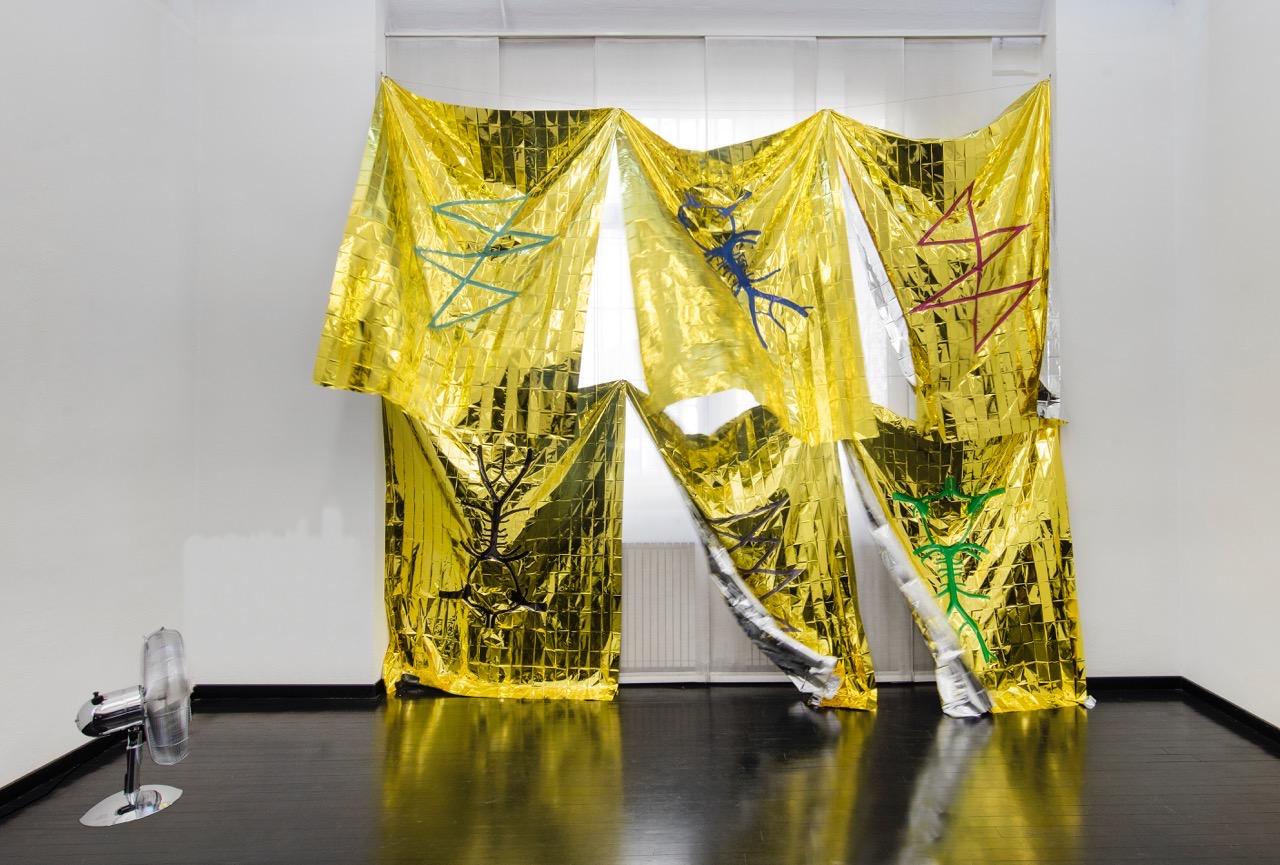 Venticello, 2018  coperte termiche, sticker in pvc, ventilatore, cavi in acciaio dimensioni variabili pensiero aureo oro percorsi mentali