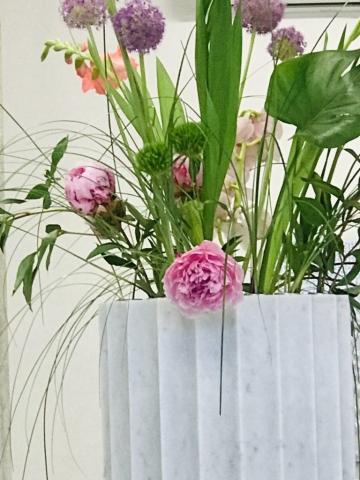 Michele Chiossi CARRARA IMPERIAL flowers, 2019  marmo statuario, acciaio, fiori classicità colonna Natura Morta caducità arte contemporanea scultura