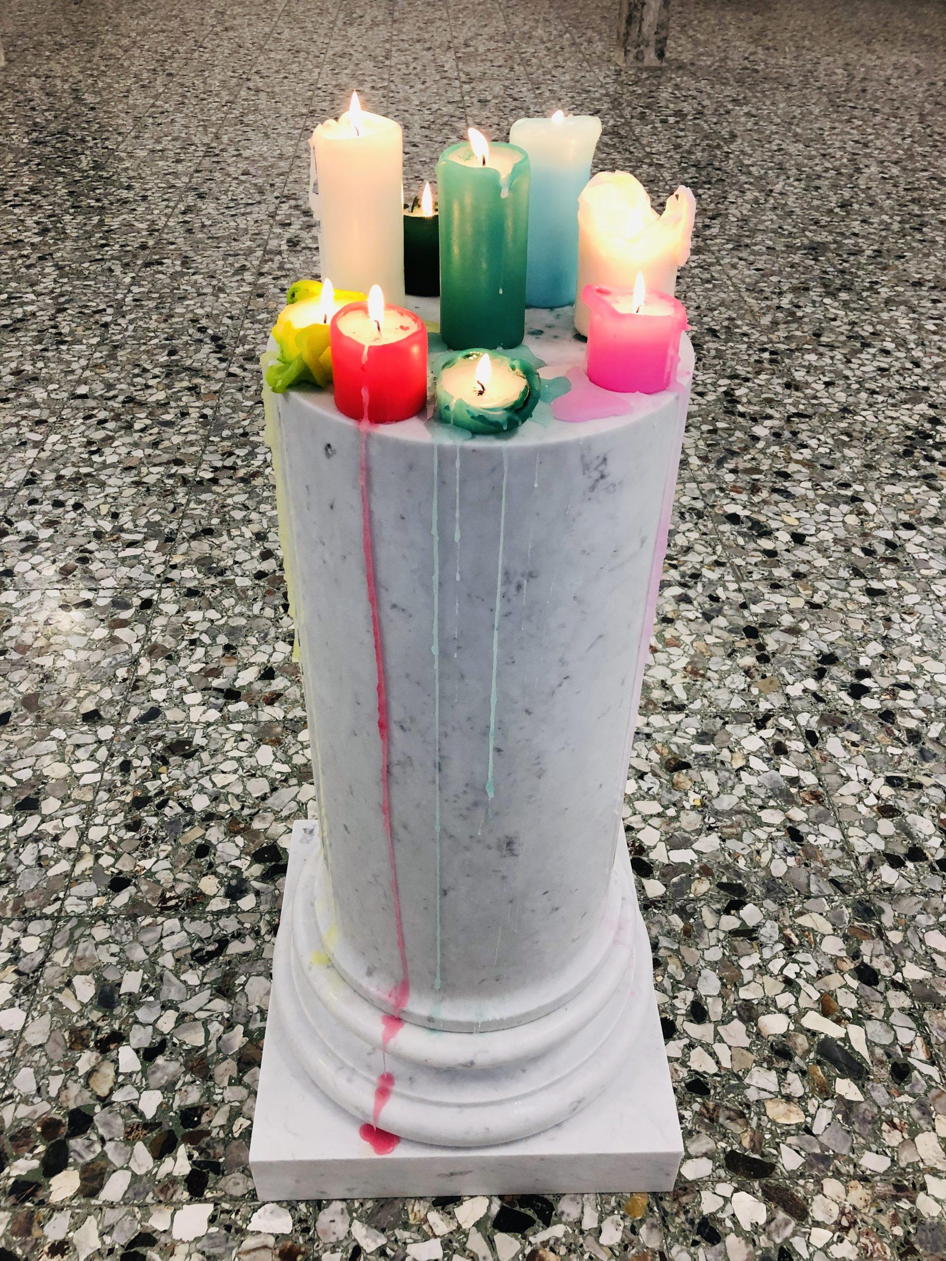 Michele Chiossi CARRARA IMPERIAL candles, 2019 marmo statuario, candele colorate colonna Classico classicità Vanitas Natura Morta cera sgocciolatura scioglievolezza discioglimento scultura capitello colore pigmenti