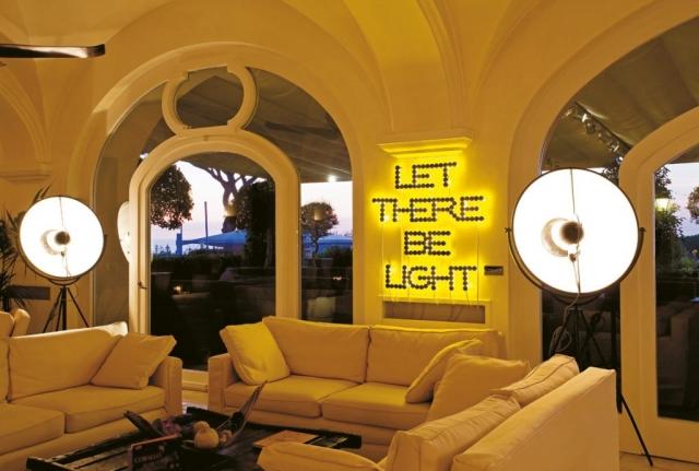 Michele Chiossi scultura LET THERE BE LIGHT  at Capri Palace Anacapri collezione privata retroilluminazione neon giallo sole luce candele lumini tea light