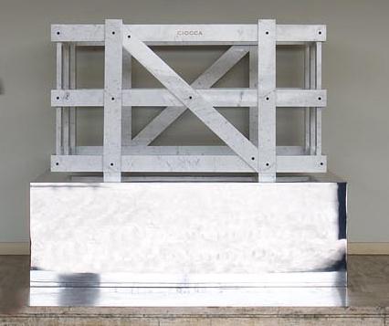Michele Chiossi La Cage Aux Ciocca, 2006  marmo bianco statuario, acciaio verniciato, foglia d'oro  95x160x110cm base  60x180x130cm cassa da trasporto
