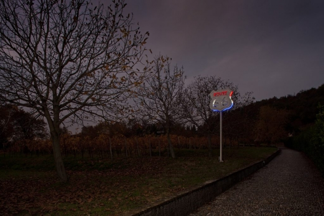 Michele Chiossi Neon-Beat, 2011  marmo statuario, acciaio e neon scultura On the road Kerouac percorso viaggio zigzag pixel videogame USA coast to coast cartello billboard Route 66 poesia letteratura Franciacorta Campiani  collezione privata arte ambientale installazione site specific