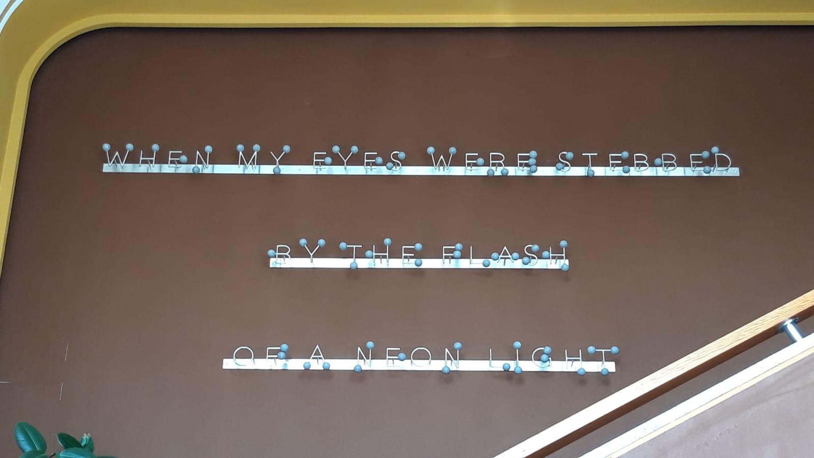 Michele Chiossi scultura SOUND OF SILENCE, 2017 marmo Bardiglio Imperiale, acciaio macchina da musica spartito musicale ombre luci Simon Garfunkel dot punto note musicali installazione permanente azienda site specific VA Albertoni