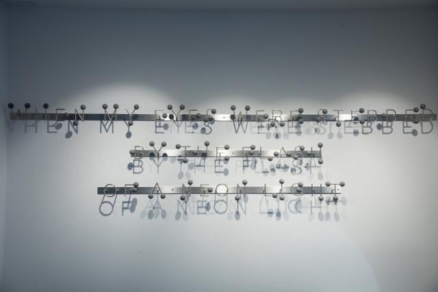 Michele Chiossi scultura SOUND OF SILENCE, 2017 marmo Bardiglio Imperiale, acciaio Simon Garfunkel macchina da musica spartito musicale ombre ombra dot Eams font punto