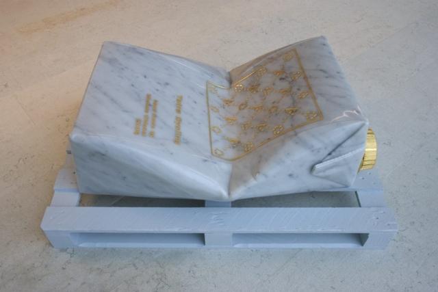 Tetra Cycling, 2005 marmo statuario, incisione con foglia d'oro 50x100x55cm base in legno verniciato Michele Chiossi scultura installazione permanente collezione Tetra Pack monumentale brick accartocciato riciclaggio