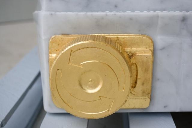 Tetra Cycling, 2005 marmo statuario, incisione con foglia d'oro 50x100x55cm base in legno verniciato Michele Chiossi scultura installazione permanente collezione Tetra Pack monumentale brick