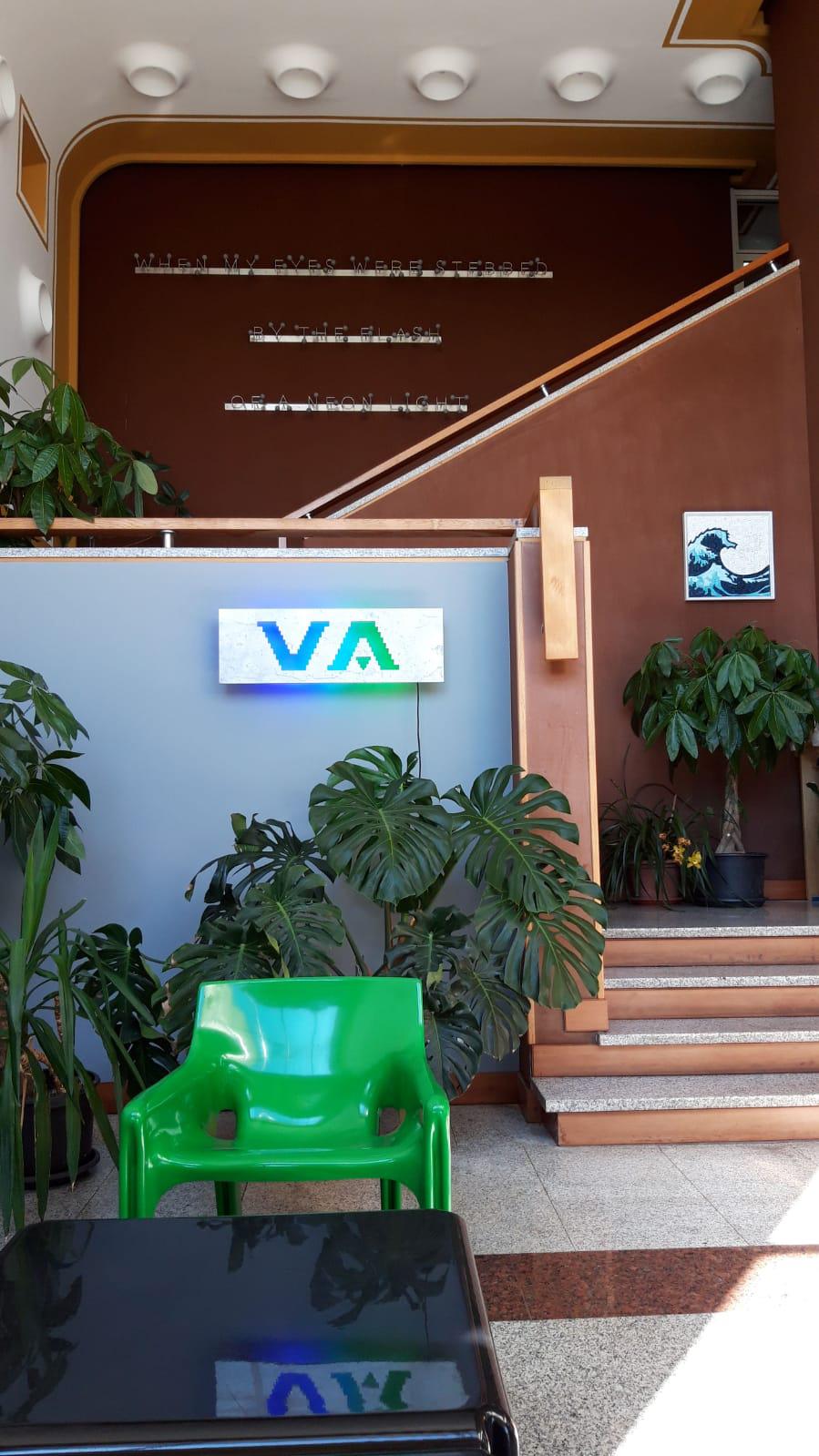 Michele Chiossi scultura VA Wall, 2017 installazione presso VA Albertoni, Gozzano (IT) permanente progetto site specific azienda logo brand 🌊 macchina da musica