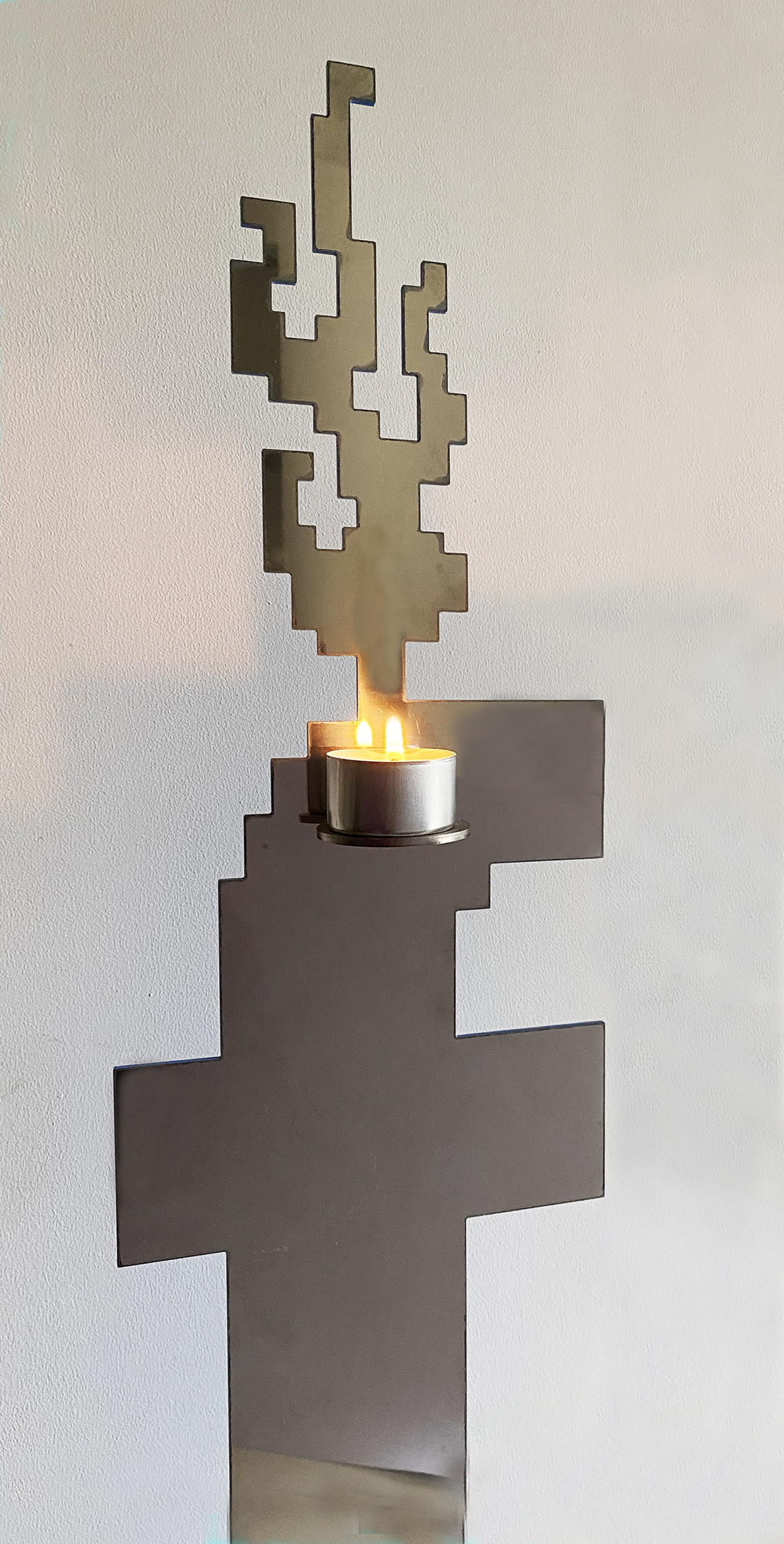 Michele Chiossi scultura fb BURNING FEELINGS, 2016 acciaio, car paint, tea light Facebook zigzag pixel video game riflesso reverie autocombustione fiamma Harley Davidson